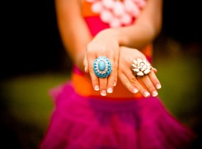 woman-ongles-bagues