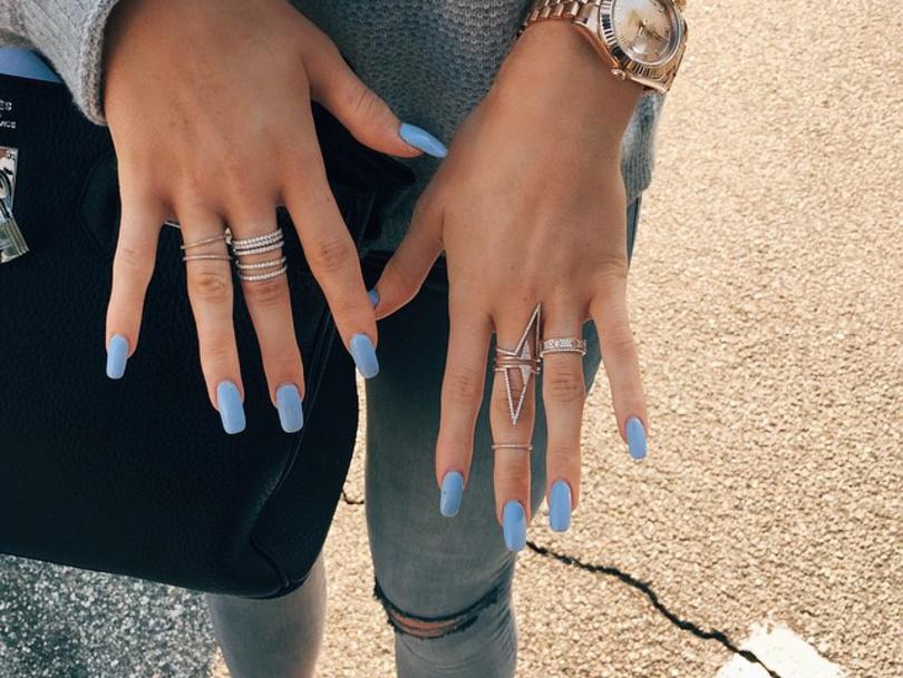 Kylie Jenner Kardashian manucure bleu ciel